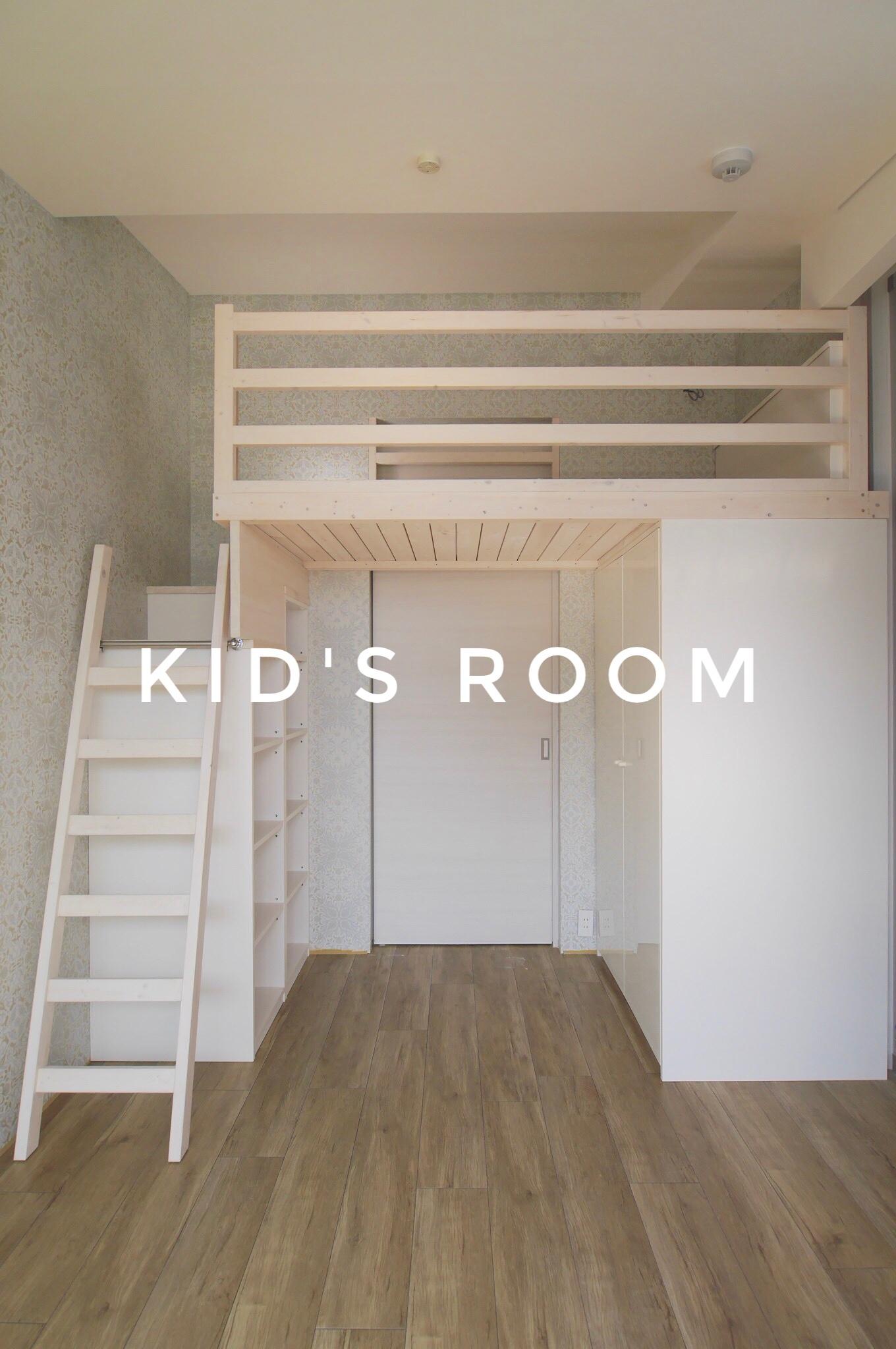 ロフトベッドと収納がある部屋