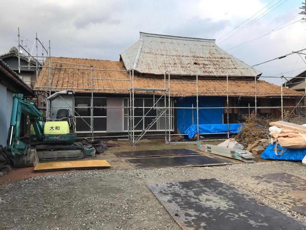 古民家の屋根瓦と土の撤去