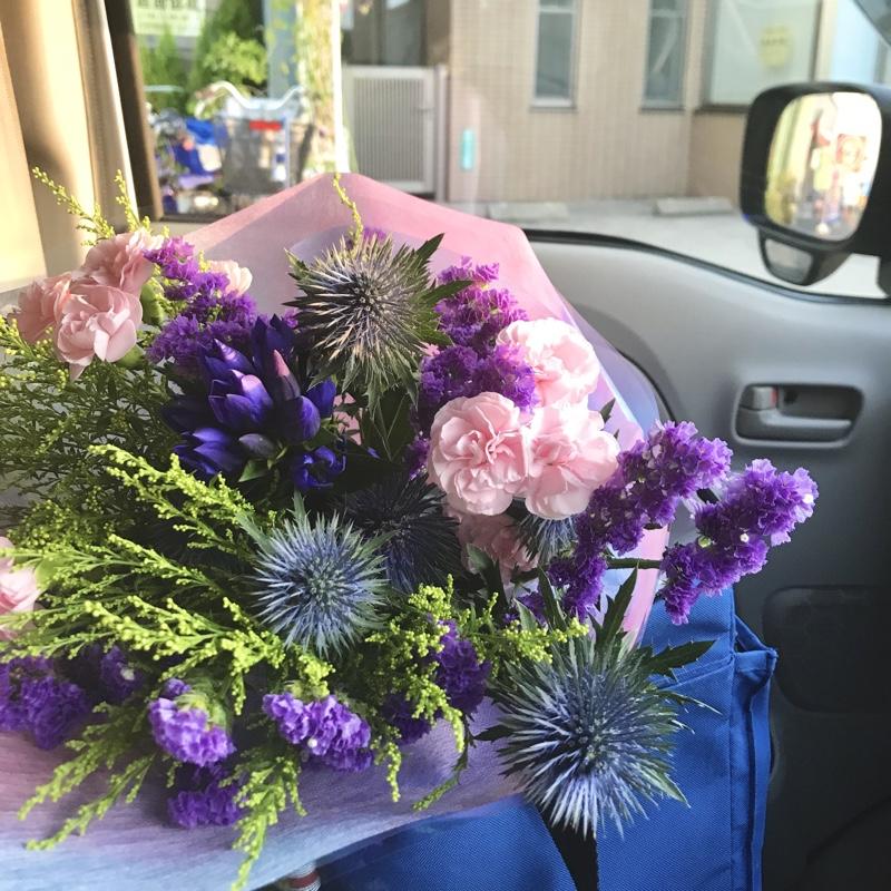 花束を妻へ送る